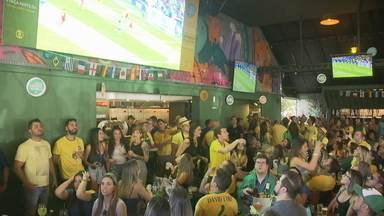 Torcedores se reúnem, em todo o DF, para empurrar a seleção - Os bares ficaram cheios. E a torcida manteve a esperança até o fim do jogo.