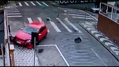 Câmera de loja flagra acidente com motociclista no Centro de Ponta Grossa - Motociclista é atingida por carro e fica debaixo do veículo. Apesar do susto, ela teve ferimentos leves.