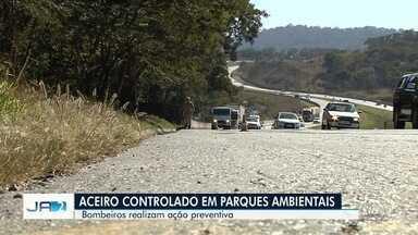 Bombeiros tomam medidas preventivas para evitar incêndios em Goiás - Corporação realiza aceiros em parques de Goiânia e nas margens das rodovias.