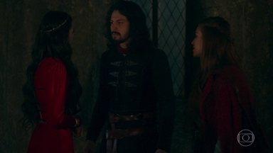 Amália vai à procura de Afonso e encontra Catarina - Afonso chega e pede para conversar com Amália