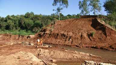 Começam as obras de construção da nova ponte do Rio Catingueiro na PR-082 - Ponte foi levada com a chuva no dia 23 de março. Obras devem ser concluídas em setembro.
