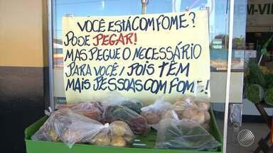 Donos de supermercado criam prateleira de doação de alimentos para pessoas carentes - Iniciativa está ajudando muita gente pobre em Luís Eduardo Magalhães, no oeste da Bahia.