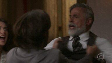Rômulo parte para cima de Tibúrcio e decide sair da Mansão do Parque - Edmundo consegue impedir que o irmão agrida o pai. Josephine põe lenha na fogueira e apoia Rômulo, que acusa Tibúrcio de ser um assassino