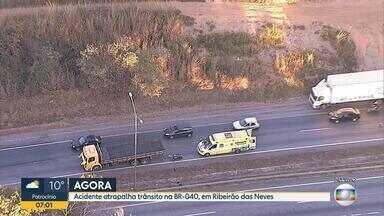 Motociclista fica ferido em acidente na BR-040, em Ribeirão das Neves, na Grande BH - Motociclista se chocou na traseira de um caminhão e o trânsito está lento na região.