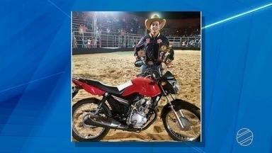 Peão de SP morre pisoteado por touro durante rodeio em Paranaíba, MS - Jovem de Santa Fé do Sul (SP) participava de rodeio em Paranaíba (MS) quando ficou ferido.