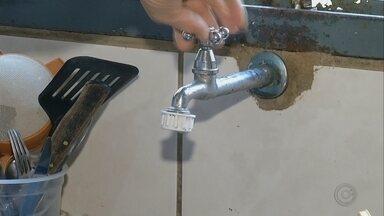 Moradores de bairro de Ourinhos só tem água em alguns períodos do dia - Já imaginou contar as horas para poder usar a água? Em um bairro de Ourinhos os moradores só têm água de manhã cedo e no fim do dia. A situação é a mesma há vários meses.