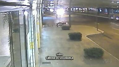 Motociclista perde o controle da moto e cai na calçada - Ele ficou bem machucado, segundo os bombeiros