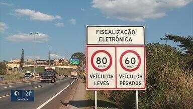Problema em radar do Anel Rodoviário de BH pode ter autuado incorretamente motoristas - Radar pode estar multando motoristas que transitam na velocidade apontada por placa na via.
