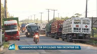 Caminhoneiros e revendedores de gás fazem protesto contra a demora no abastecimento - Manifestantes afirmam que precisam esperar uma semana para abastecer caminhões que transportam o produto das refinarias para o consumidor final.