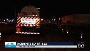 Homem morre em acidente na BR-153 em Goiânia - Caminhão está parado no local e trânsito ficou comprometido.