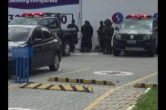 Malas cheias de roupas são abandonadas em farmácia e assustam funcionários em Belém - A Polícia Militar foi acionar após suspeitas de que objeto continha material explosivo. Análise foram feitas pelo esquadrão antibombas que não constatou risco nas bolsas.