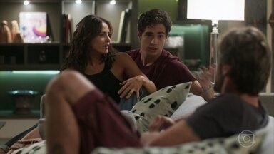 Valentim sugere mostrar a nova música de Beto/Miguel para Luzia/Ariella - Karola não gosta da ideia e Rosa aproveita para alfinetar a golpista