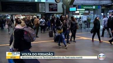 Movimento intenso no Terminal Rodoviário Tietê na manhã desta terça (10) - Movimento é grande pela volta do feriadão em São Paulo.