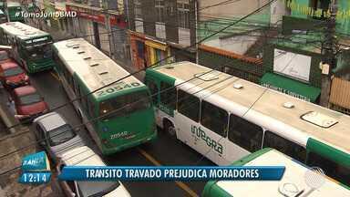 Confusão no trânsito prejudica moradores do bairro de Pernambués, em Salvador - Motoristas e pedestres reclamam da situação no local; confira.