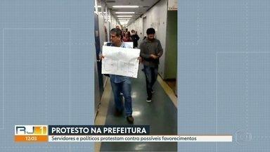 Servidores fazem manifestação na prefeitura do Rio contra declarações de Crivella - O protesto começou por volta das 10 da manhã e reuniu servidores e políticos de oposição contra possíveis favorecimentos.