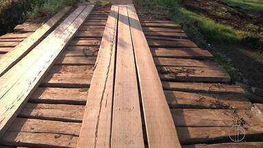 Moradores próximos a Lagoa de Cima, em Campos reclamam das condições de ponte de madeira - Assista a seguir.
