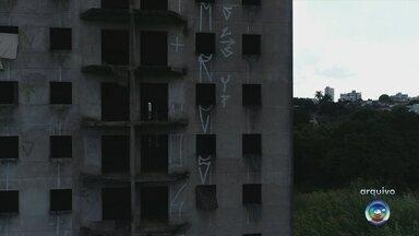Prédios abandonados viram moradia em Marília e preocupam vizinhos - Dois prédios inacabados tiraram a paciência dos moradores de Marília. Nos dois casos, com o abandono, moradores de rua tomaram o lugar e agora só o que se vê é sujeira e descaso.