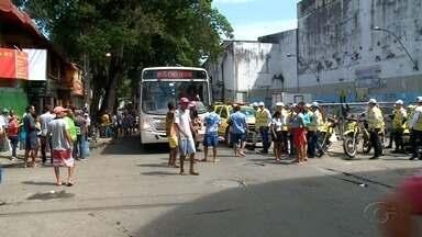 Ambulantes bloqueiam Rua das Árvores em protesto no centro de Maceió - Prefeitura transferiu os ambulantes para local em frente ao Mercado da Produção, mas reclamam de perda nas vendas.