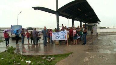 Moradores mantêm ônibus parados em terminais nos conjuntos Village e Graciliano Ramos - Usuários protestam desde o último sábado (14) contra mudanças nos itinerários das linhas, realizada pela SMTT.