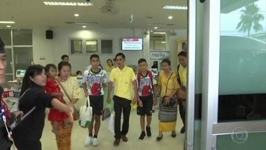 Meninos da Tailândia saem do hospital ao lado do treinador - Os doze meninos que foram resgatados da caverna e o treiandor recebem alta do hospital em Chiang Rai, no norte da Tailândia. Eles seguem para entrevista que será transmitida em rede nacional.