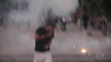 Justiça condena à prisão 23 pessoas por crimes cometidos nos protestos de 2013 e 2014 - Entre os condenados estão Caio Silva de Souza e Fábio Raposo Barbosa, que também irão enfrentar juri popular por lançar o rojão que matou o cinegrafista Santiago Andrade, da tv Bandeirantes. Elisa Quadros, a Sininho, ta,bém foi condenada.
