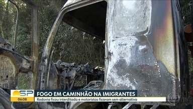 Caminhão carregado de combustível pega fogo na Rodovia dos Imigrantes, em São Vicente - Por sorte, a carga inflamável não chegou a ser atingida. A estrada ficou bloqueada por duas horas no sentido de São Paulo.