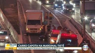 Carro capto na Marginal Tietê - Serviços de emergência ainda trabalhavam no resgate a vítima