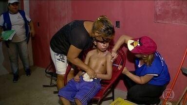 Polícia de Manaus escolta agentes de saúde para vacinar contra o sarampo - Num dos bairros mais violentos de Manaus, a vacinação terminou mais cedo nesta quarta-feira (18) porque traficantes proibiram os agentes de visitar casas próximas aos pontos de vendas de drogas. Uma operação policial foi montada para a imunização.