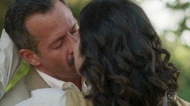 Depois de se revelar, Mariana e Brandão se beijam apaixonados - Mariana pensa em fugir por vergonha, mas Brandão não deixa e a beija