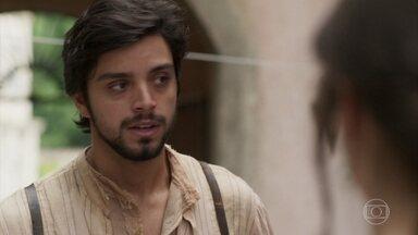 Ernesto diz a Ema que foi acusado de ter causado o incêndio - Camilo, Januário e Ernesto chegam afobados ao cortiço e dizem que a manifestação não terminou do jeito que eles planejaram