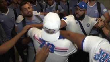 Jogadores do Bahia são alvos de agressão dos torcedores no desembarque do time - Jogadores do Bahia são alvos de agressão dos torcedores no desembarque do time