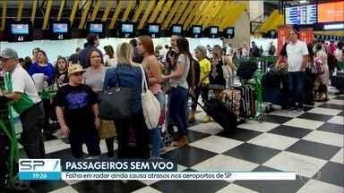 Passageiros ficam sem embarcar na tarde deste sábado por problema em radar - Pelo menos 30 voos atrasaram no aeroporto de Congonhas e 124 no de Guarulhos. Problema é no radar da Aeronáutica, mas empresas aéreas é que se responsabilizam pelos problemas causados aos passageiros.
