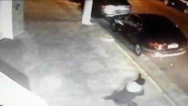 Em São Paulo, homem é executado com mais de cem tiros - Cláudio Roberto Ferreira estava dentro do carro estacionado quando foi fuzilado. Polícia diz que ele era um dos chefes de uma facção criminosa.