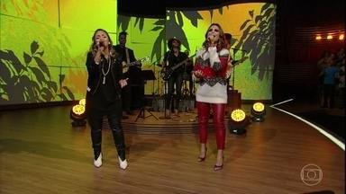 "Aline Barros e Bruna Karla abrem programa cantando juntas - Dupla canta ""Perto Quero Estar"""
