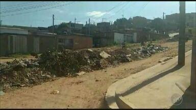 Moradores flagram caminhão despejando entulho no Jardim Monte Cristo em Campinas - Prefeitura realizou a limpeza do local após reclamação.