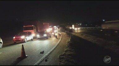 Caminhão tomba e causa congestionamento na Rodovia dos Bandeirantes, em Campinas - De acordo com a concessionária, o acidente aconteceu no km 87, na alça de acesso à Rodovia Santos Dumont.