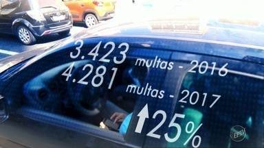 Campinas registra aumento de 25% no número de infrações por uso de celular ao volante - Dados do Detran-SP mostra que houve alta em 2017. Até abril deste ano, mais de mil condutores foram autuados.