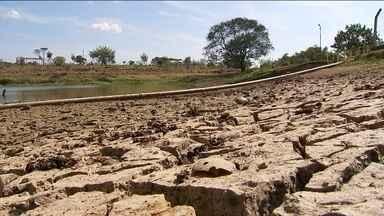 Pouca chuva em Itu (SP) aumenta risco de desabastecimento na cidade. - Fiscais notificam quem gasta muito, que pode até pagar multa de 10% do valor da conta de água. Em 2014, Itu teve o maior racionamento da história.