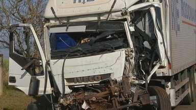 Motorista de caminhão fica ferido após bater em carreta de cana-de-açúcar em Ourinhos - O motorista de um caminhão ficou gravemente ferido em um acidente na Rodovia Orlando Quagliato, em Ourinhos, na madrugada desta quinta-feira (26).