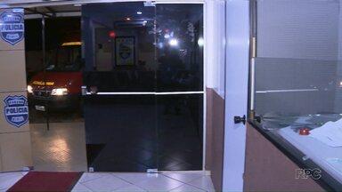 Homem pede para ser preso e causa confusão em delegacia em Foz - Ele quebrou o vidro da recepção da delegacia.
