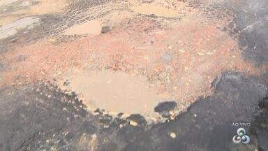 Fala Comunidade: Buracos em rua do bairro Ouro Verde tem causado transtornos - Moradores improvisaram colocando cascalhos em buracos.