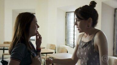 Gabriela avisa a Flora que vai fazer um jantar para a família com Rafael - Flora se preocupa ao saber que Márcio estará presente no evento