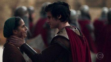 Ulisses se despede da mãe e se junta aos soldados - A cidade se prepara para o confronto. Glória reluta com a ida de Osiel