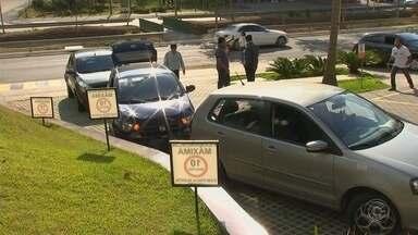 Motoristas de transporte por aplicativo protestam em Jundiaí - Motoristas fizeram um protesto na tarde desta quinta-feira (26), em Jundiaí (SP). Funcionamento do Uber foi proibido pela prefeitura. Os motoristas querem que a empresa entregue a documentação que foi pedida para manter os veículos rodando.