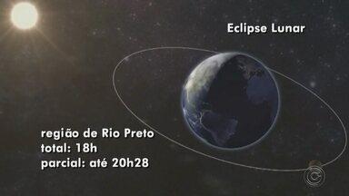 Sesc de Rio Preto faz observação com telescópios durante eclipse lunar - Nesta sexta-feira (27) tem o eclipse lunar mais demorado do século. Para quem quiser ver tudo de perto, o Sesc de São José do Rio Preto (SP) fará uma observação com telescópios profissionais em seu gramado, a partir das 18h. Além disso, um astrônomo estará presente para tirar todas as dúvidas dos participantes. A entrada é de graça.