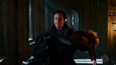 Gregório carrega Diana - Após ser atingida por uma flecha na invasão, Gregório corre para salvá-la