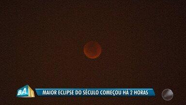 Previsão do tempo: maior eclipse lunar do século é registrado em Salvador - O evento durou cerca de 1h34 minutos. No ápice, o satélite natural ficou com o tom avermelhado.
