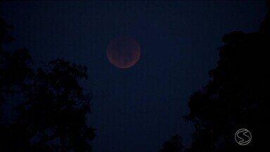 Eclipse lunar é visto no Sul do Rio de Janeiro - Fenômeno acontece quando o sol, terra e a lua ficam alinhadas.