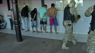 54 são presos em MT suspeitos de agir como milícia - Polícia diz que eles cobravam taxas de comerciantes e mensalidades de traficantes.