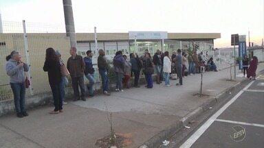 Pacientes formam fila para tentar marcar consulta médica, em Hortolândia - As senhas são distribuídas só a partir das 13h, mas o baixo número de vagas força os moradores chegarem cedo para tentar o agendamento.